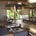 牧之庵 - 囲炉裏のある茶の間(客間)です。現住農家ですから、仏壇や神棚もそのまま使ってますよ。