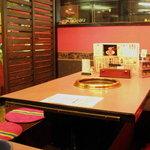 肉匠迎賓館 - 席は、掘りごたつ席とテーブル席が選べます。
