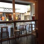 お茶とお菓子 横尾 - 通りに面したハイカウンター席