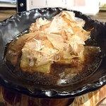 とろ鮪 - とろ鮪 西葛西店 ~池田豆腐店こだわり~揚げ出し豆腐 ふわふわ花カツオのせ 580円(税別)熱々の石鍋で供されます