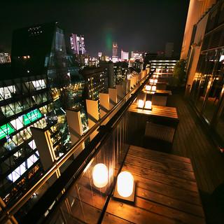 春~秋シーズンに人気の開放感溢れるオープンエアのテラス席!