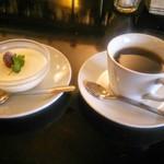 52613295 - デザートのパンナコッタとコーヒー