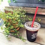 52619132 - アイスコーヒーと観葉植物