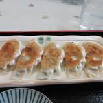 文化ラーメン - 定食の餃子は5個、ジューシーなお肉をたっぷり使った焼き餃子でした。