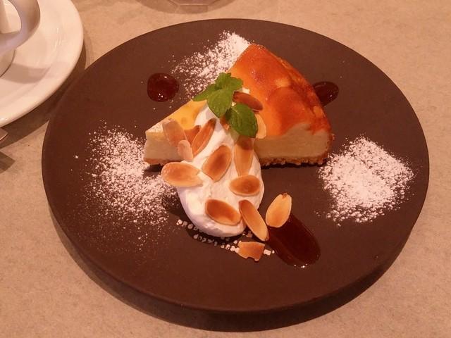 コーデュロイ カフェ KITTE博多店 - 自家製の「おじいちゃんのチーズケーキ A GRANDPA'S CHEESE CAKE」です。