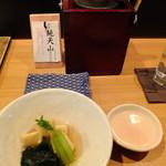 Nurukansatou - 若竹煮。奥は燗つけ器