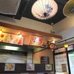 クルンテープ - いかにもタイ料理店って感じの店内