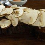 丸光園松茸山 - 焼き松茸の松茸(3人前)したの台も松茸の格好をしていました。