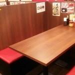 横浜家系ラーメン 岩槻商店 - 仕切りが少し高めの半個室風テーブル席