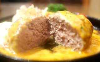 Grillマッシュ - ふっくらハンバーグ ナイフを入れた断面
