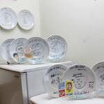 手打ち麺 やす田 - 取材のサイン(皿)