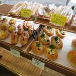 BAKE HOUSE テディ - 惣菜系も豊富です。
