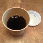 52705866 - 入り口にはポッドに入ったコーヒー。フタ付きカップでテイクアウトも可能です。