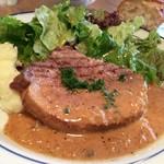 52705871 - 税込900円ながらかなりしっかりとしたサイズのお肉。