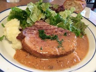 BISTRO BROOK KITCHEN(熟成肉ビストロ) - 税込900円ながらかなりしっかりとしたサイズのお肉。