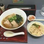 秀一らあめん - さんまらぁめん  650円 卓上キムチと、この日サービスの炊き込みご飯