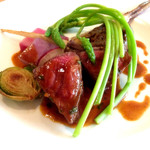 Maison Michel - メイン:和牛もも肉のステーキ エストラゴン風味(+700円)、近影。アスパラソバージュが目に鮮やかですね。