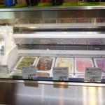 52714084 - 店頭のアイスクリーム