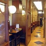 あじめん - 2010年10月 左にテーブル 右に麺打ち場とカウンター