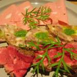 52723533 - モルタデッラ、ソブレッサータ、牛肉の燻製の3種盛り