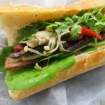 Camelback sandwich&espresso - 4種のきのこと自家製ベーコン、ドライトマト、クミンとタイムの香りのサンド(シングル)2