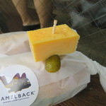 Camelback sandwich&espresso - ラップされたサンドに刺さった玉子焼きとピクルス