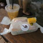 Camelback sandwich&espresso - ラップされたサンド2つとアイス・カフェラテ