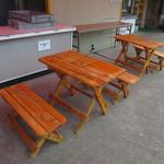 カンパーニュ - 店先のベンチテーブル