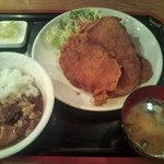 豚さん食堂 - 驚きの板かつ定食 (3枚) 980円+カレーかけ放題 50円