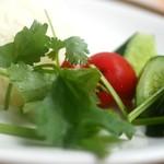海南鶏飯食堂2 - 付け合せのピクルスとパクチー