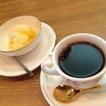 和風らーめん処 みや古 - 食後のコーヒー ミニ80円、季節のアイスクリームは20円