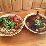 チャハヤ - フランク&ベジタブル 2辛とチキン(揚)2辛のスープ大盛り。オリジナルスープ…いつもより黒い⁈