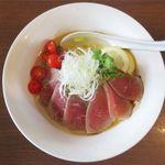 麺部屋 綱取物語 - 涼麺 牛肉のタタキのアップ