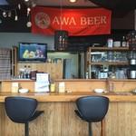 Awa新町川ブリュワリー - カウンタ席で1人でも飲めます。
