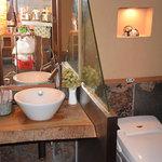 下町鉄板 お好み焼き 川上 - 明るく清潔な化粧室