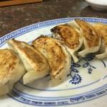 中華食堂 豊味園 - 厚めの皮をパリっと焼いた餃子。中から肉汁ぷしゃりますー。