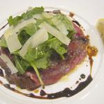 トラットリア ダ コヴィーノ - 北海道産牛モモ肉のハムとルッコラ ¥1400