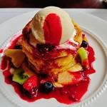 52767844 - 『ホットケーキ ミラネーゼ』!!見た目凄く甘そうだが、そんなに甘くなく、フルーツの酸味で、あっさり さっぱり食べられる~♪(^o^)丿