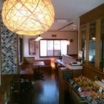 米町マフィンズ - 和風の落ち着いた雰囲気のカフェスペース。