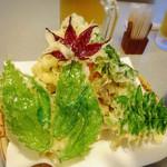 中居屋 - 重兵衛定食の山菜天麩羅、もみじ・蕗の葉、山うど、   アカシア