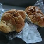 ロアール21 - イマイチの写真で申し訳ない!置いてたらチョッとしなびちゃった~(T_T) 塩パン90円とクリームパン120円(税込)