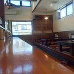 ヱビスヤ - 店内は大型のカウンターとテーブル、そして小上がり。