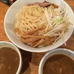 52787026 - 二色つけ麺。チャーシューが隠れている。濃厚醤油と海老味噌。見た目、区別つかない。