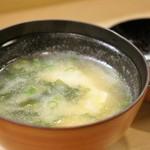 鮓廣嶋 - 鯛か何かのアラで出汁を取ったようです、とても旨みのある味噌汁です