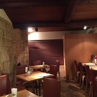 Cafe Restaurant Bの階段 - 100年前からある梁を使ってデザインされた落ち着いた空間