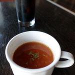アティックルーム - まずはイタリアの伝統的な家庭料理ミネストローネ。 ドリンクはコーヒー豆を焙煎し挽いた粉末から湯または水で成分を抽出した飲料であるコーヒーをチョイスしました。