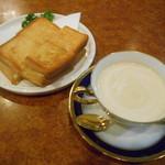 ショパン - ウインナーコーヒーとホットサンド
