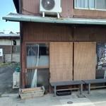 安田屋 - 店舗の隣に駐車場