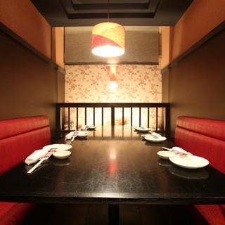 和モダンと赤いソファがアーティスティックな空間を演出