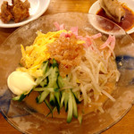 大阪王将 - 五目冷やし中華。味は平均かそれ以下で、残念。マヨネーズが有無を言わせず付いてくるのにもびっくりした。